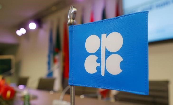 © Reuters. FILE PHOTO -  A flag with the OPEC logo is seen before a news conference in Vienna
