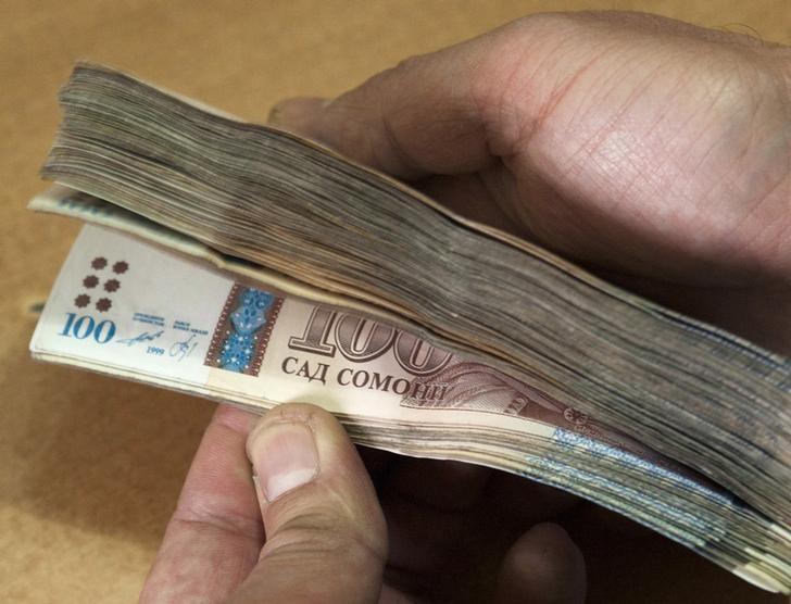 © Reuters. Сотрудник отделения Агроинвестбанка считает деньги