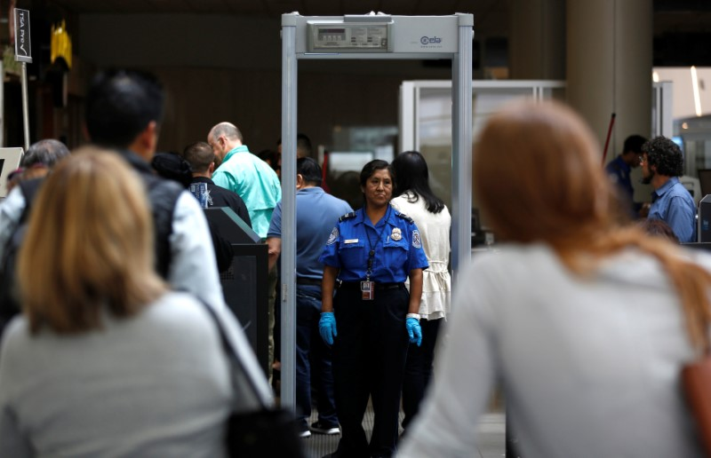 © Reuters. Travelers stand in line to go through Transportation Security Administration (TSA) check-points at Los Angeles International Airport in Los Angeles