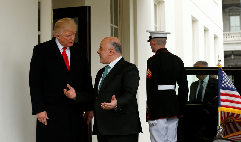 © Reuters. U.S. President Donald Trump greets Iraqi Prime Minister Haider al-Abadi at the White House in Washington