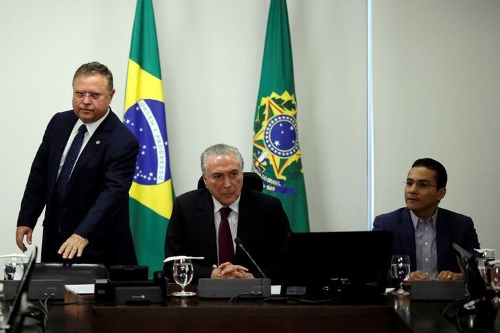 © Reuters. Ministro da Agricultura, Blairo Maggi, em pé, ao lado do presidente Michel Temer
