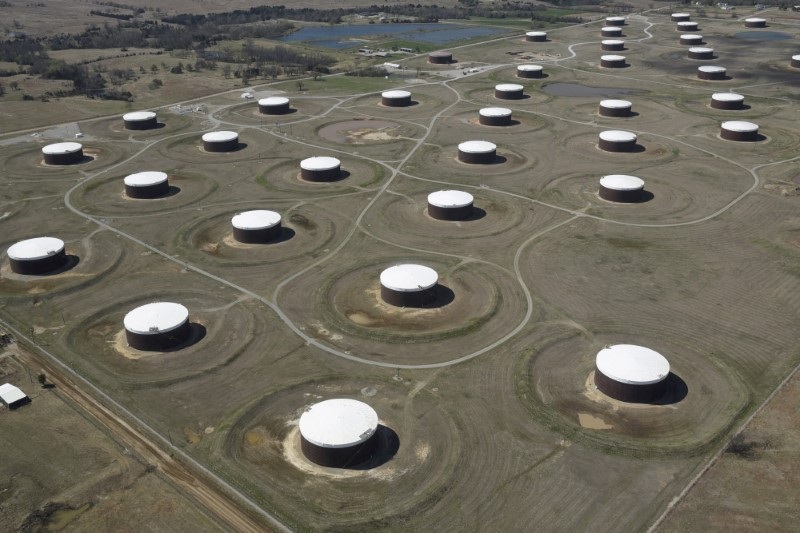 © Reuters. FILE PHOTO: Crude oil storage tanks are seen from above at the Cushing oil hub in Cushing