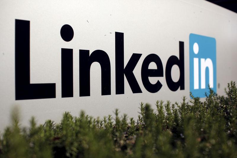 © Reuters. LinkedIn busca atraer usuarios con sección de noticias de negocios