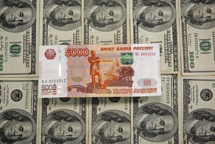 © Reuters. Рублевая и долларовые купюры в Сараево