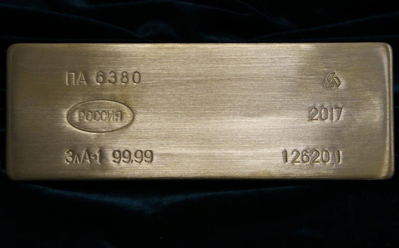 © Reuters. Слиток золота на Приокском заводе цветных металлов в Касимове