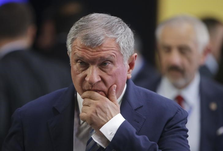 © Reuters. Head of Rosneft Sechin attends signing ceremony in St. Petersburg