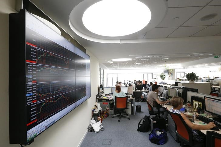 © Reuters. Traders work on the floor of the Moscow Exchange