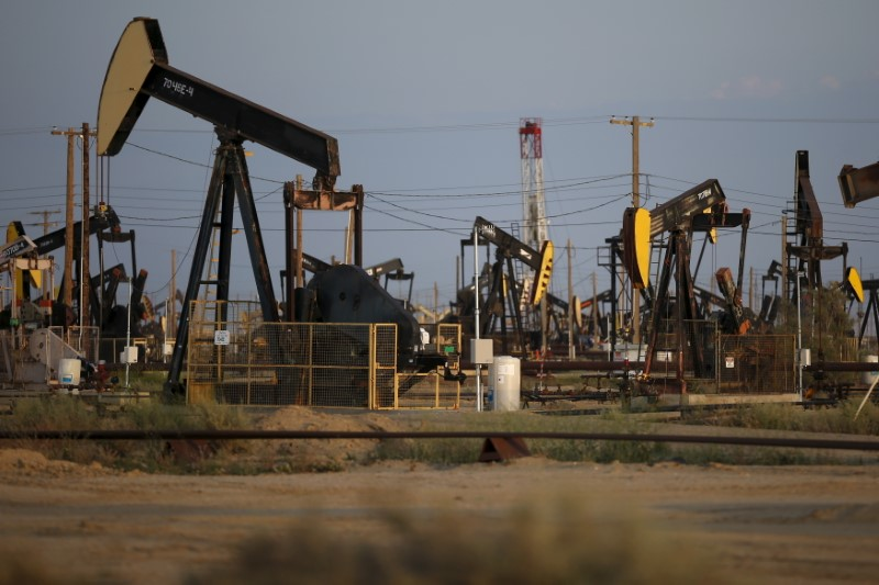 © Reuters. Pump jacks are seen in the Lost Hills Oil Field, California