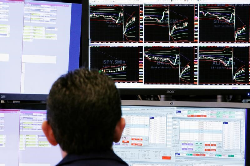 © Reuters. A trader looks at screens while working on the floor of the New York Stock Exchange (NYSE) in New York