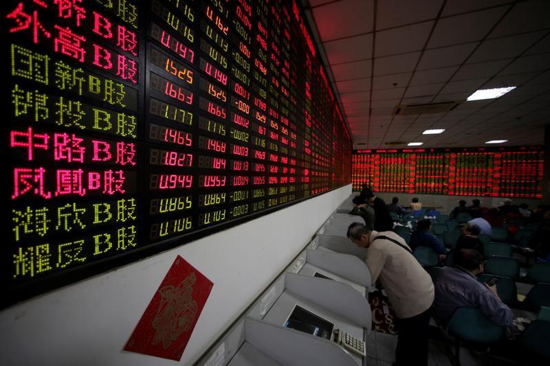 © Reuters. Инвесторы в брокерской компании в Шанхае