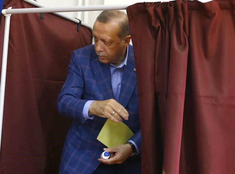 © Reuters. Turkish President Erdogan leaves a voting booth at a polling station during a referendum in Istanbul