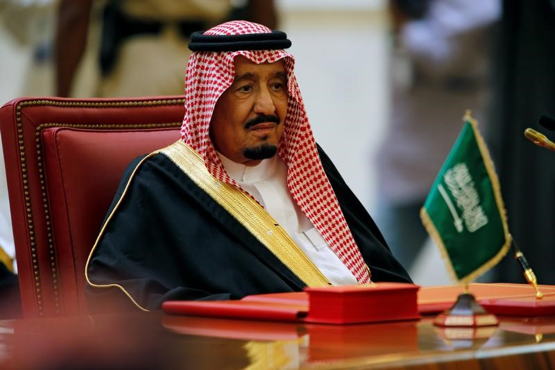 © Reuters. Saudi King Salman bin Abbulaziz Al-Saud attends the GCC 37th Summit in Manama