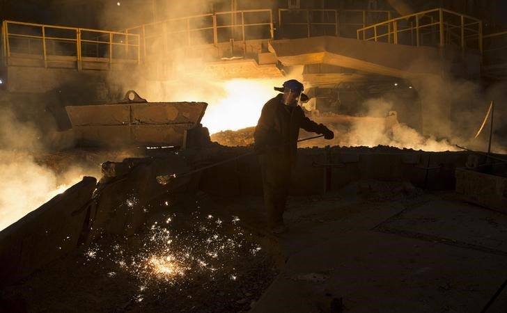 © Reuters. A keeper of blast-furnace number six takes samples of cast iron at the Novolipetsk (NLMK) steel mill in Lipetsk