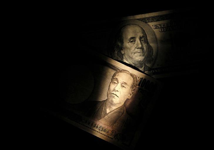 © Reuters. Банкноты в 100 долларов и 10.000 иен