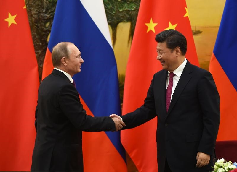 © Reuters. Russian President Vladimir Putin shakes hands with Chinese President Xi Jinping at the end of a joint press briefing in Beijing's Great Hall of the People