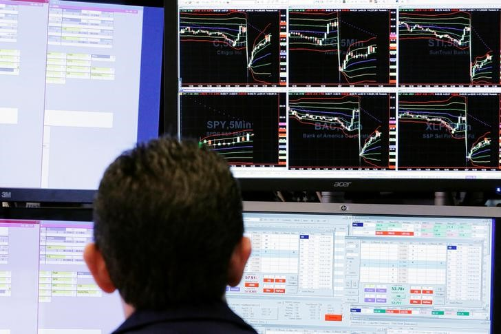 © Reuters. Трейдер на фондовой бирже Нью-Йорка