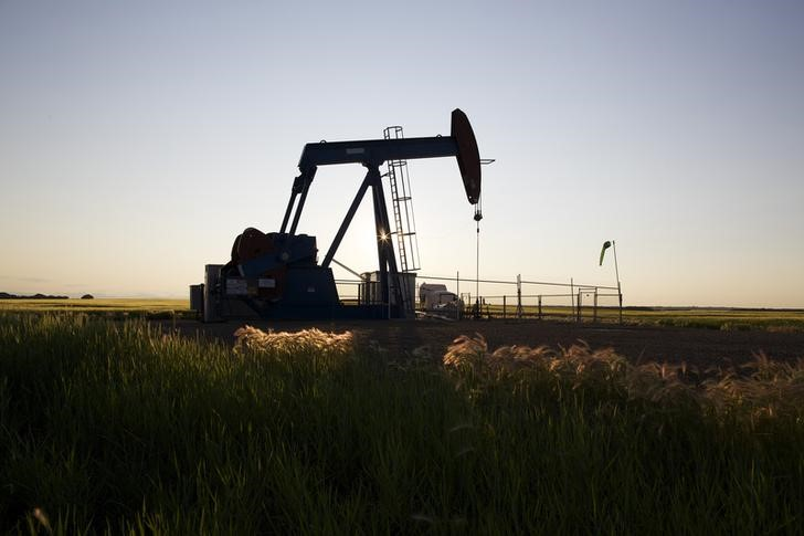 © Reuters. An oil pump jack pumps oil in a field near Calgary.