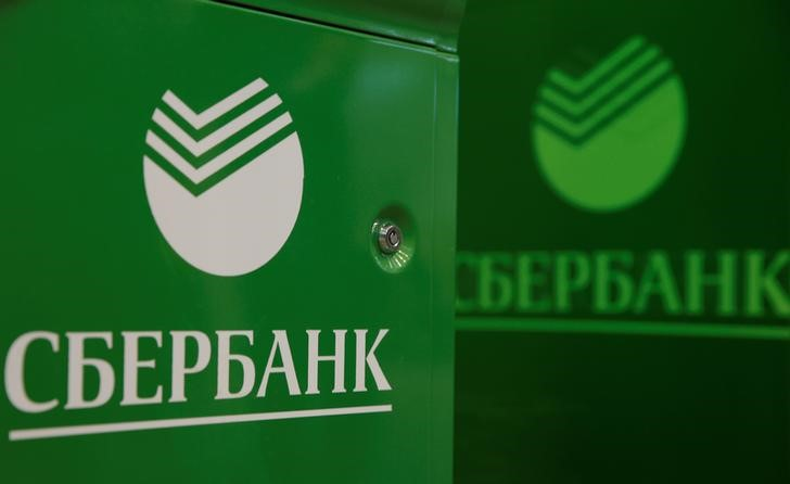 © Reuters. Logos of Sberbank are seen on ATM machines at its branch in Moscow