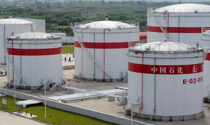 © Reuters. FILE PHOTO: Oil tanks are seen at a Sinopec plant in Hefei