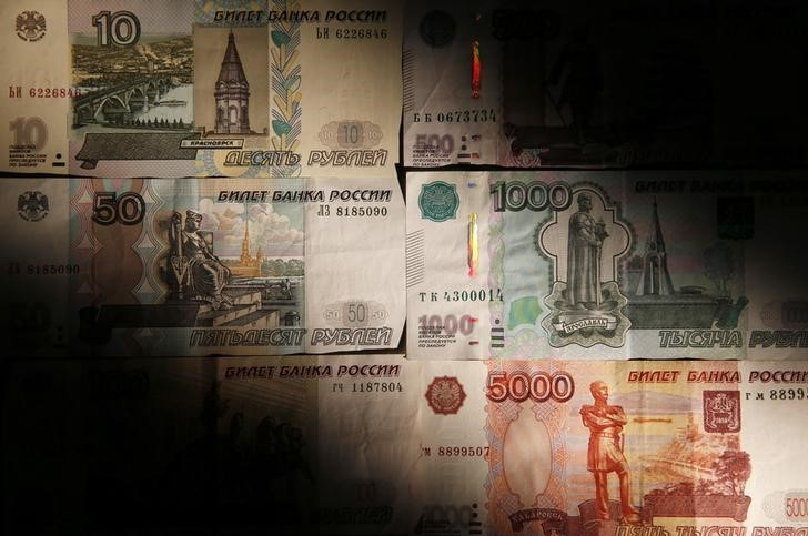© Reuters. Russian rouble banknotes are seen in this illustration picture taken in Moscow