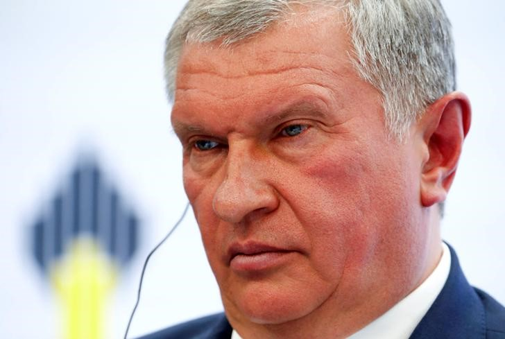 © Reuters. Rosneft head Sechin attends St. Petersburg International Economic Forum 2016