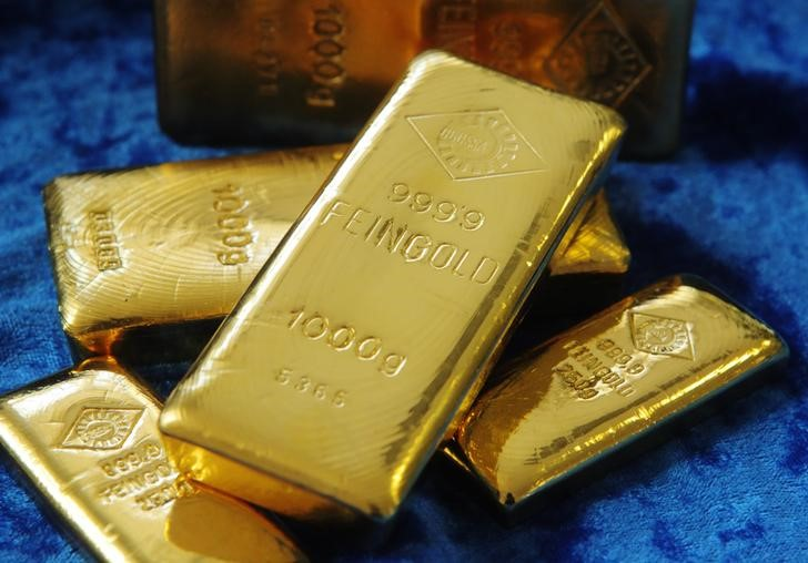 © Reuters. Gold bars are pictured at the Austrian Gold and Silver Separating Plant 'Oegussa' in Vienna April