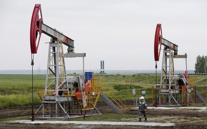 © Reuters. Нефтяные насосы на месторождении Бузовязовское