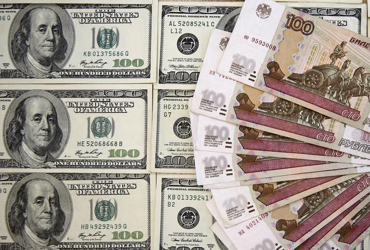 © Reuters. A picture illustration shows Russian rouble and U.S. dollar banknotes in Sarajevo