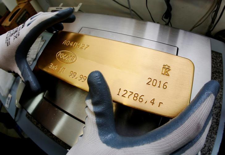 © Reuters. Слиток золота на заводе Красцветмет в Красноярске