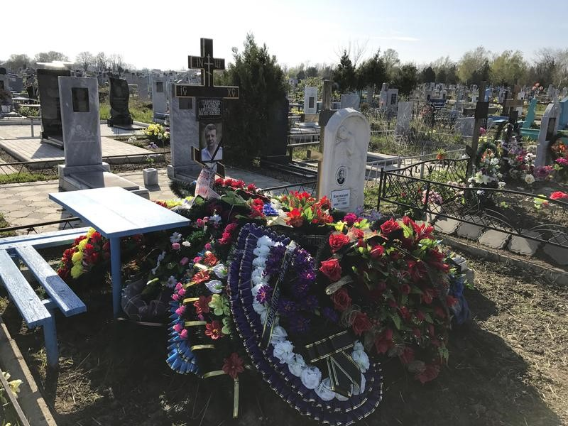© Reuters. A view shows the grave of Russian military contractor Vladimir Plutinsky at a cemetery in Kropotkin