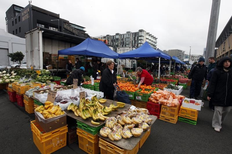 People buу fruits at a fruit and vegetable market in front of the Te Papa Museum in Wellington