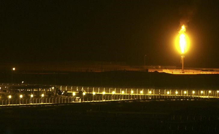© Reuters. Shaybah oilfield complex is seen at night in the Rub' al-Khali desert, Saudi Arabia