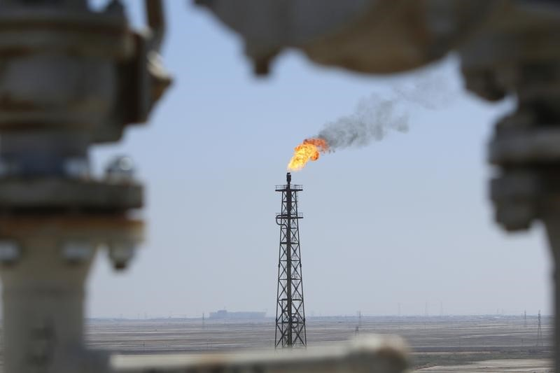 © Reuters. Gas burns off at the al-Shuaiba oil refinery in southwest Basra