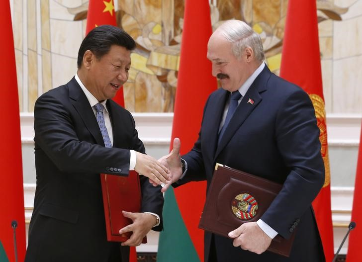 © Reuters. Belarussian President Alexander Lukashenko and his Chinese counterpart Xi Jinping attend a signing ceremony in Minsk