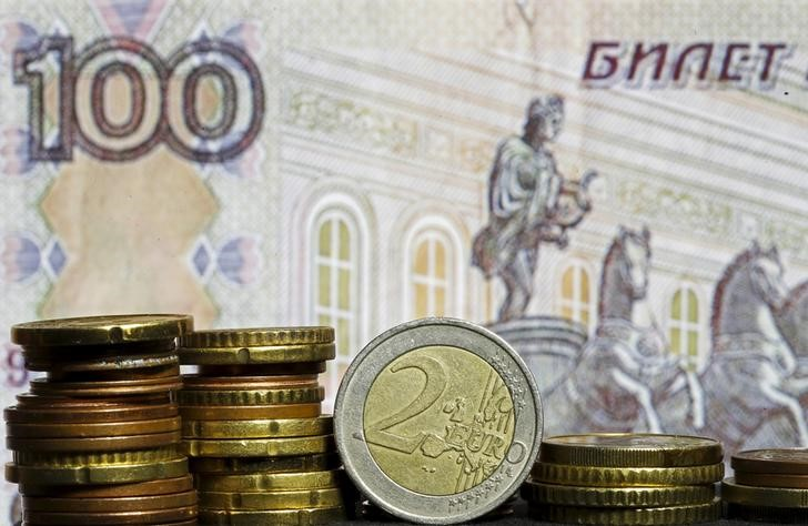 © Reuters. Euro coins are seen in front of a banknote of Russian rouble in this picture illustration taken in Zenica