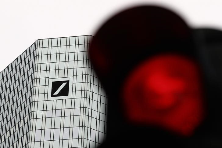 © Reuters. A red traffic light is pictured in front of the Deutsche Bank headquarters in Frankfurt