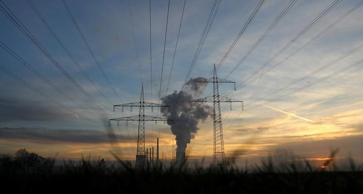 © Reuters. Genreal view of electricity pylons and power lines leading from the Uniper coal power plant in Hanau