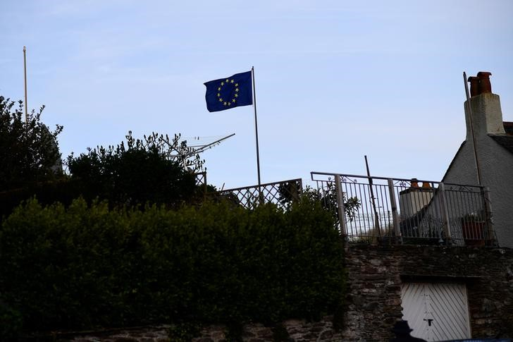© Reuters. An EU flag flutters outside a house in Newton Ferrers