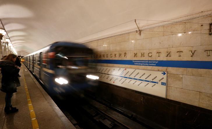 © Reuters. Поезд на станции Технологический институт в Санкт-Петербурге