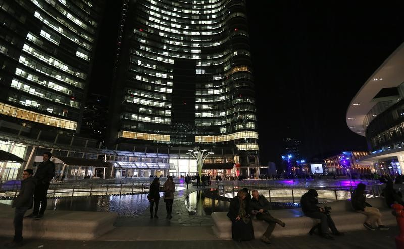 © Reuters. People join the Gae Aulenti square at Porta Nuova district downtown Milan