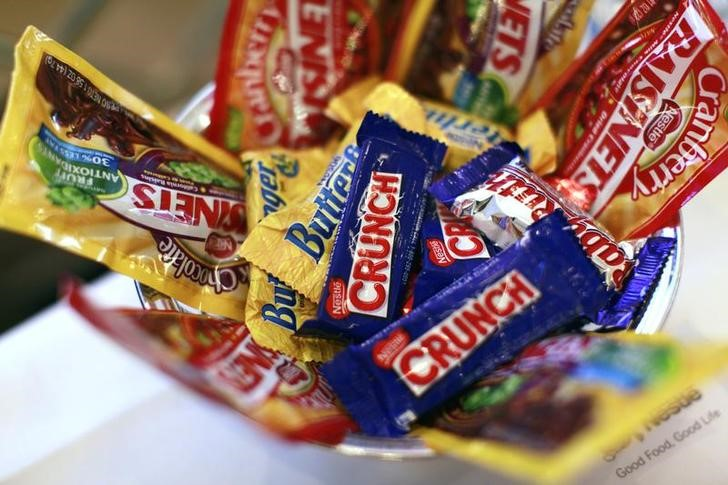 © Reuters. FILE PHOTO - Nestle candy products are displayed the company's news conference in New York