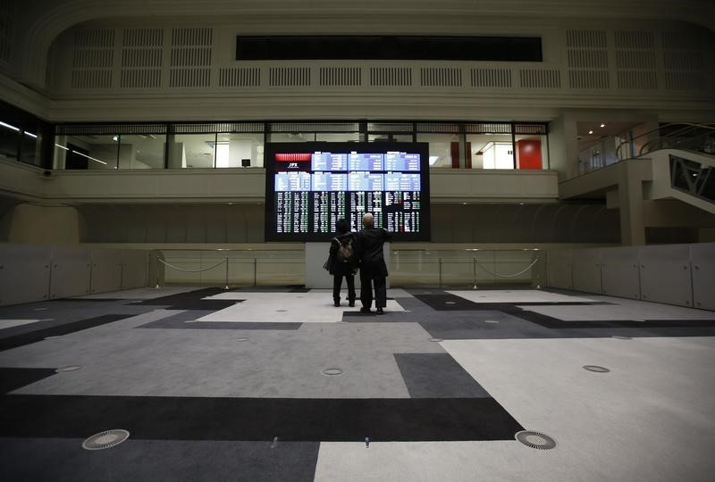 © Reuters. Visitors looks at an electronic board showing the Japan's Nikkei average at the Tokyo Stock Exchange in Tokyo