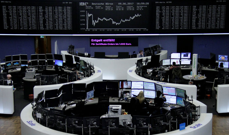 © Reuters. Traders work in front of the German share price index, DAX board, at the stock exchange in Frankfurt