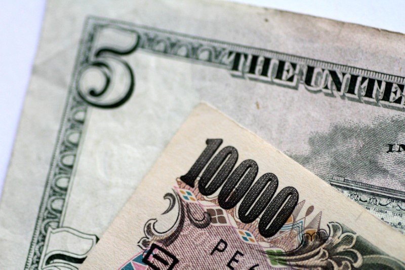© Reuters. FILE PHOTO: Illustration photo of U.S. Dollar and Japan Yen notes