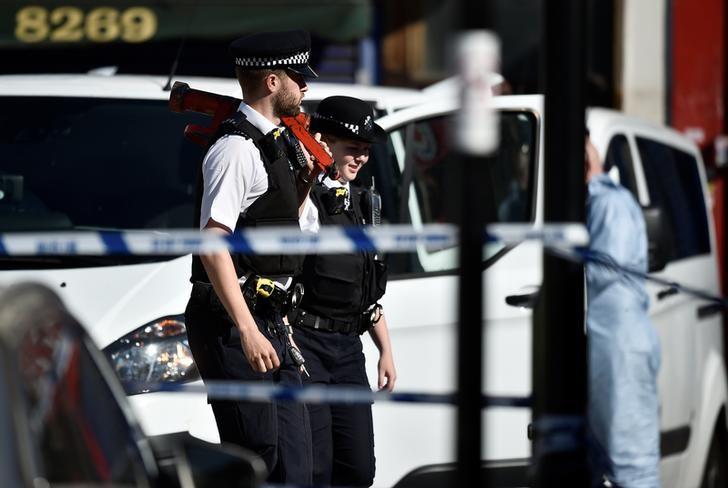 © Reuters. Poliziotti sulla scena dell'attentato avvenuto oggi a Finsbury Park nella parte nord di Londra