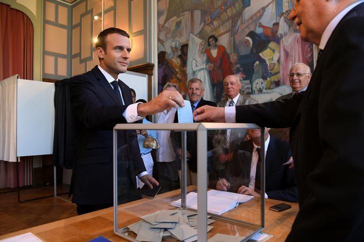 © Reuters. Presidente francês, Emmanuel Macron, durante votação do segundo turno das eleições parlamentares em Le Touquet