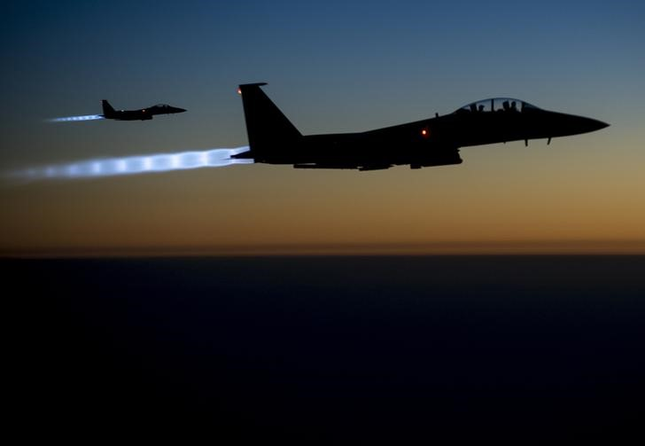 © Reuters. A pair of U.S. Air Force F-15E Strike Eagles fly over northern Iraq