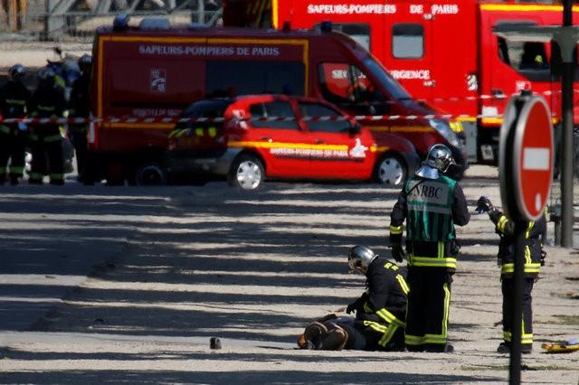 © Reuters. Un coche conducido por un hombre armado choca contra un vehículo policial en París