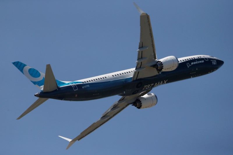 © Reuters. A Boeing 737 Max takes part in a flyng display at the first day of the 52nd Paris Air Show at Le Bourget airport near Paris