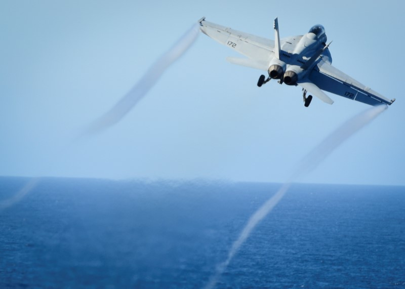 © Reuters. FILE PHOTO: An F/A-18E Super Hornet takes off from the flight deck of a U.S. Navy aircraft carrier